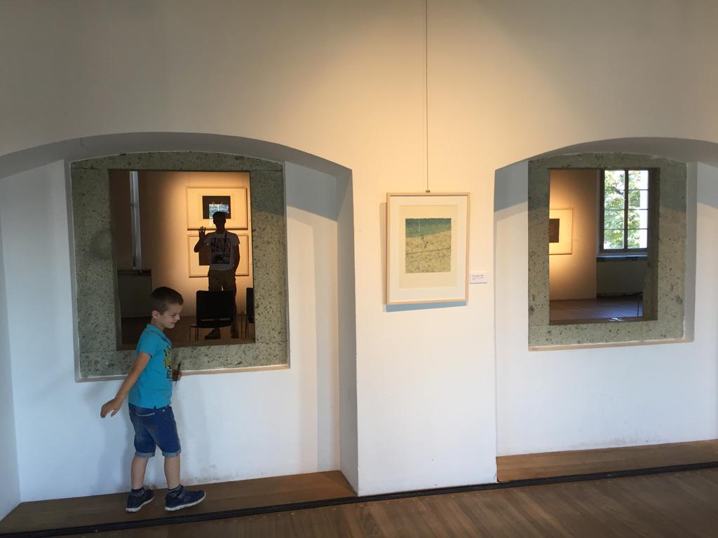 Sommige exposities zijn wat saai voor kinderen, maar het gebouw heeft overal grappige elementen zoals dit doorkijkje.