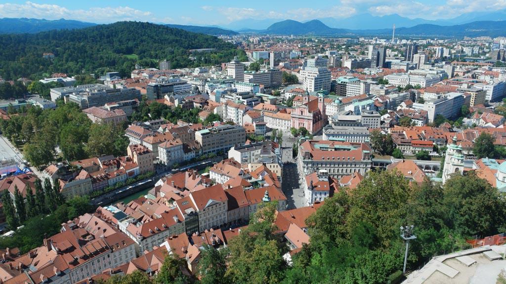 Van bovenaf zie je nog beter hoe groen Ljubljana is.