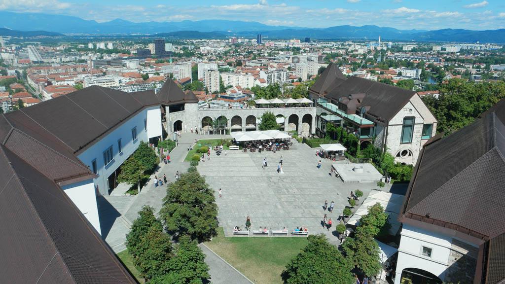 Zicht op de binnenplaats van het kasteel van Ljubljana.