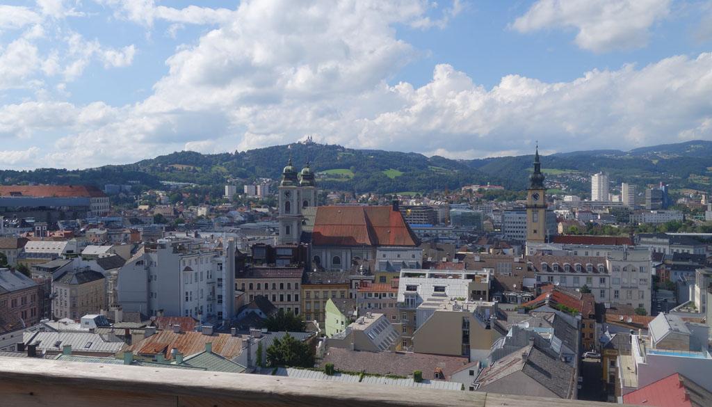 Het uitzicht vanaf het dak van het Kulturquartier over Linz is prachtig.