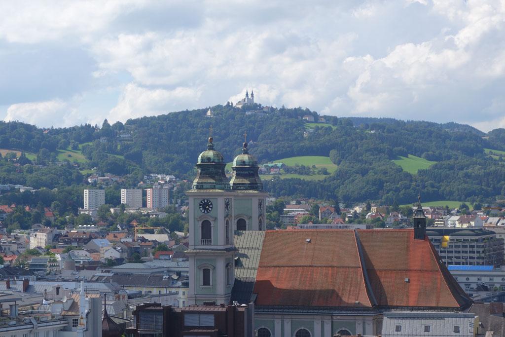 Vanaf de daken hebben we ook goed zicht op de Pöstlingberg en de Basiliek op de berg in Linz