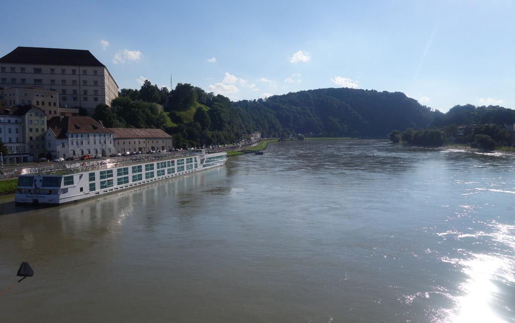 Uitzicht vanaf de brug over de Donau in Linz