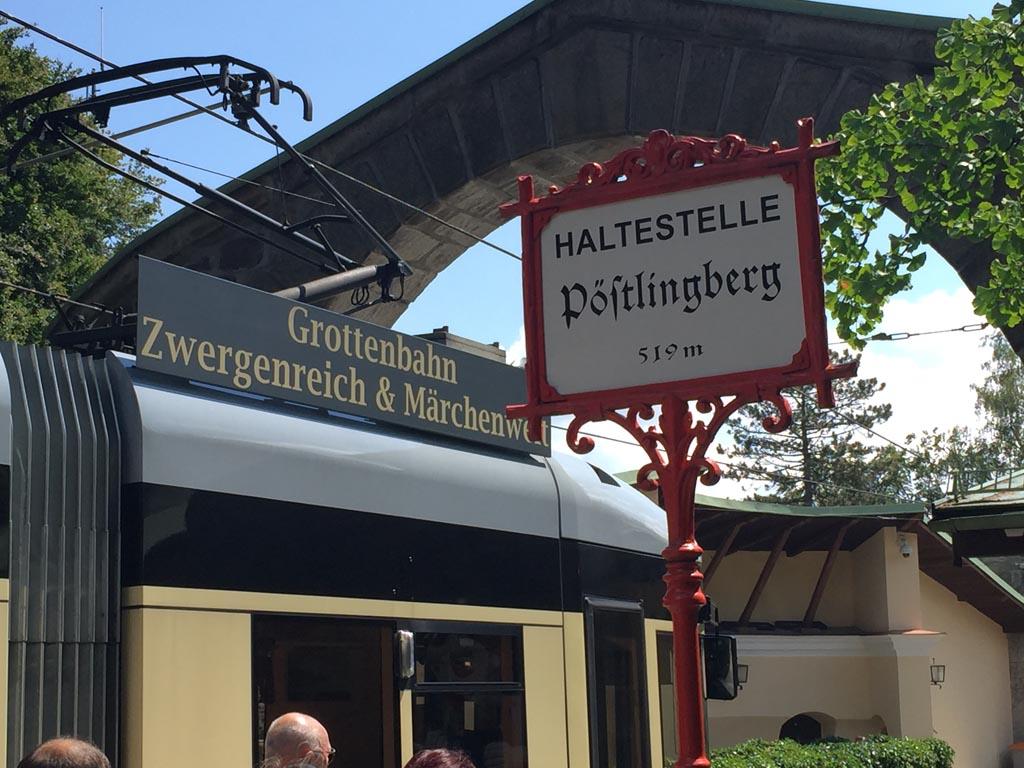 De tram stijgt naar een hoogte van 519 meter in Linz