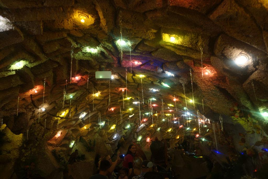 Het plafond in de grot in Linz is sprookjesachtig verlicht
