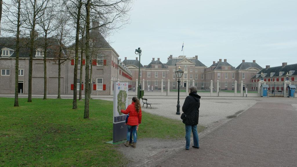 Op de kaart kijken waar de ingang van het paleis is.