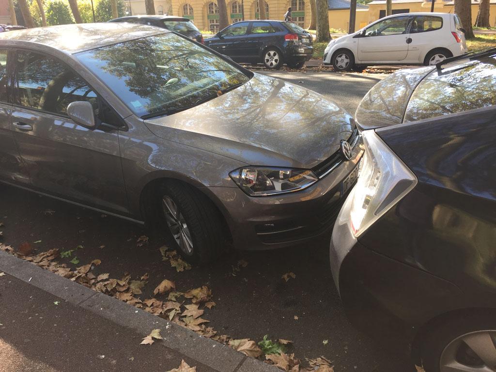Parkeren op straat is op zondag gratis. Alleen parkeren de Fransen nogal strak in....