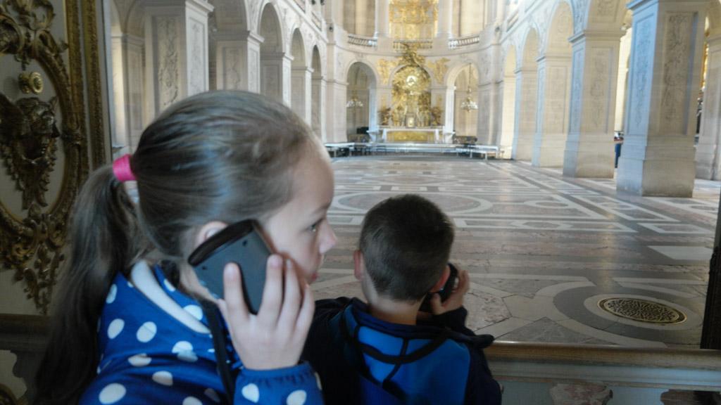Geen idee wat ze begrijpen van de Engelse audiotour, maar ze luisteren geconcentreerd.