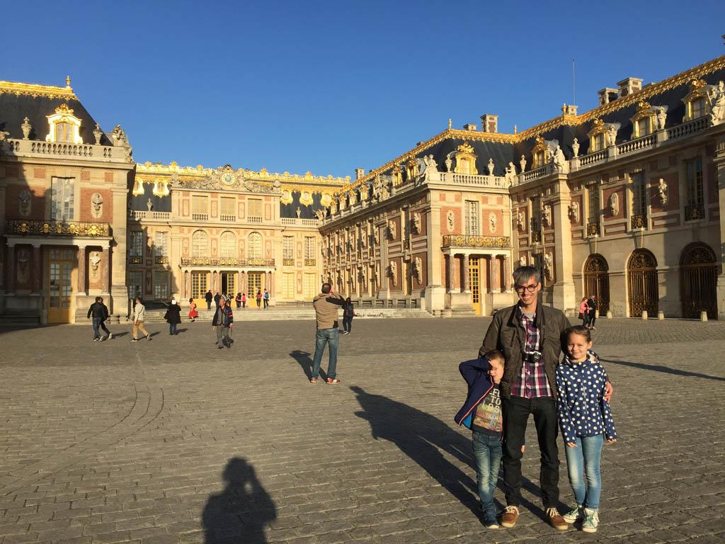 Op de binnenplaats, klaar om het Paleis van Versaille te bezoeken.