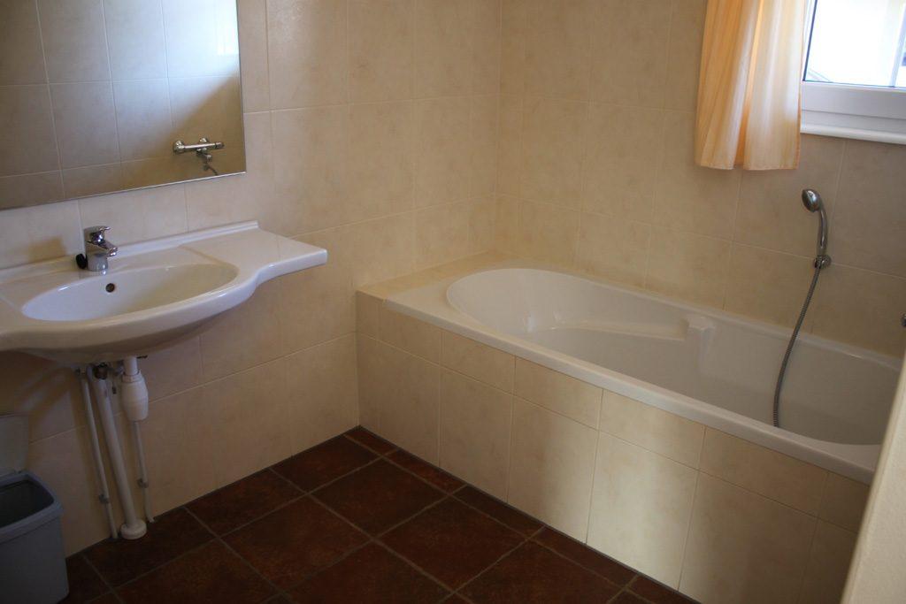 We hebben twee fijne badkamers.