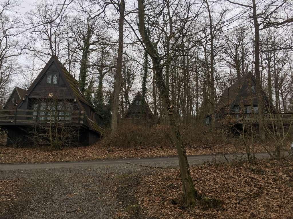 De huisjes liggen verspreid over de beboste hellingen