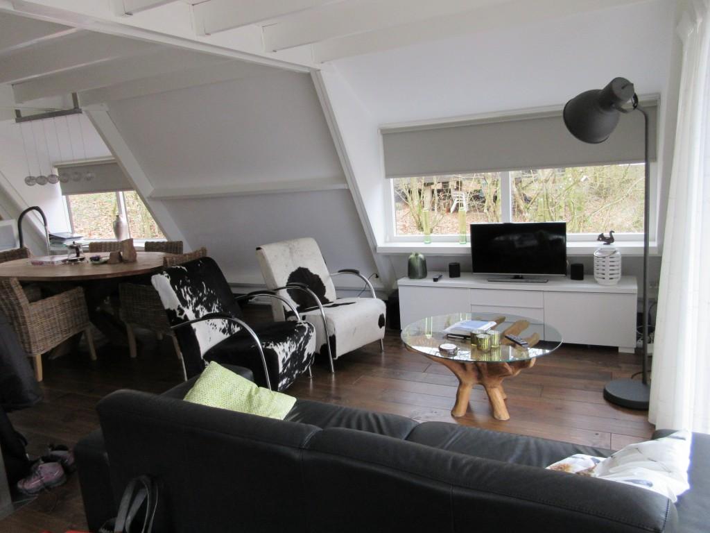 De woonkamer is lekker licht door de grote ramen