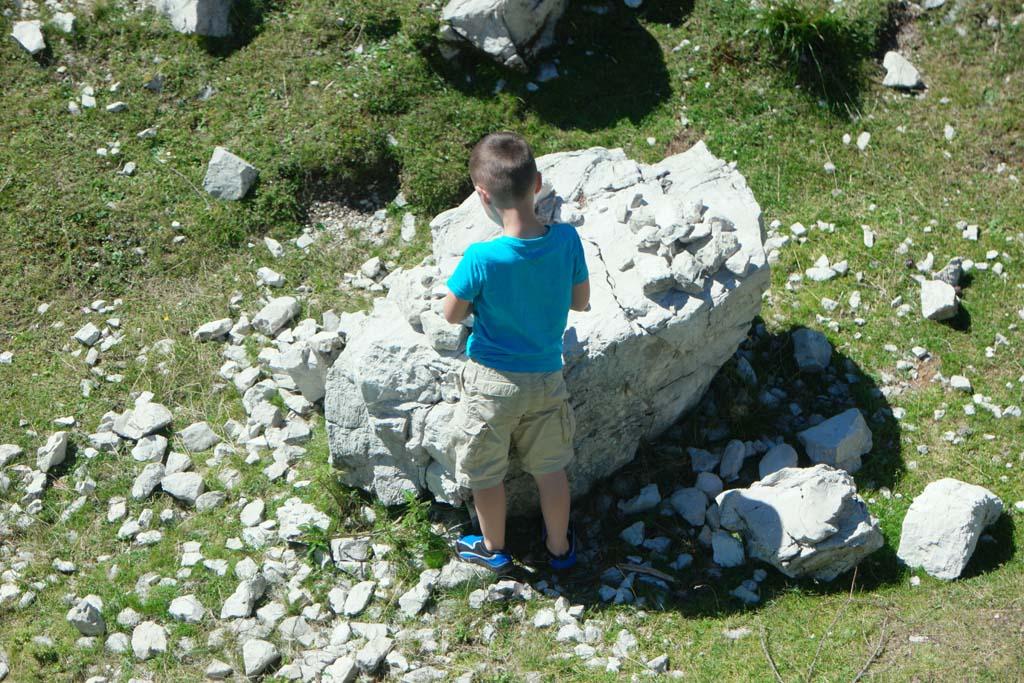 Camiel verzamelt stenen.
