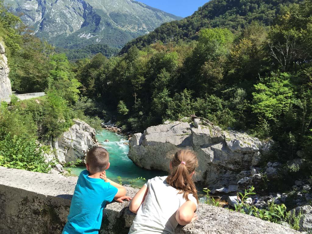 Maureen en Camiel zien voor het eerst een rivier met deze bijzondere kleur.