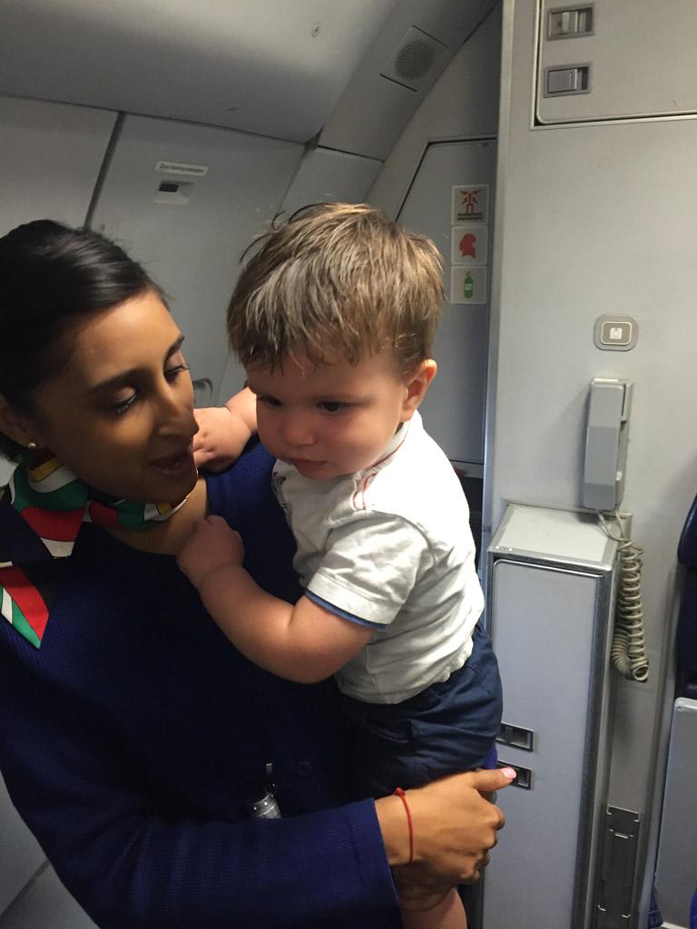 Vlieg je met kleine kinderen? Meestal is de crew heel hulpvaardig!