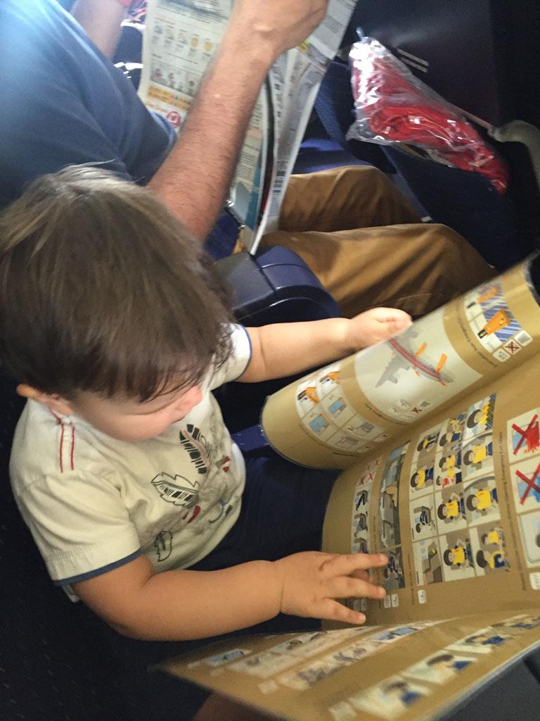 En natuurlijk wordt de flight safety card even goed doorgenomen.