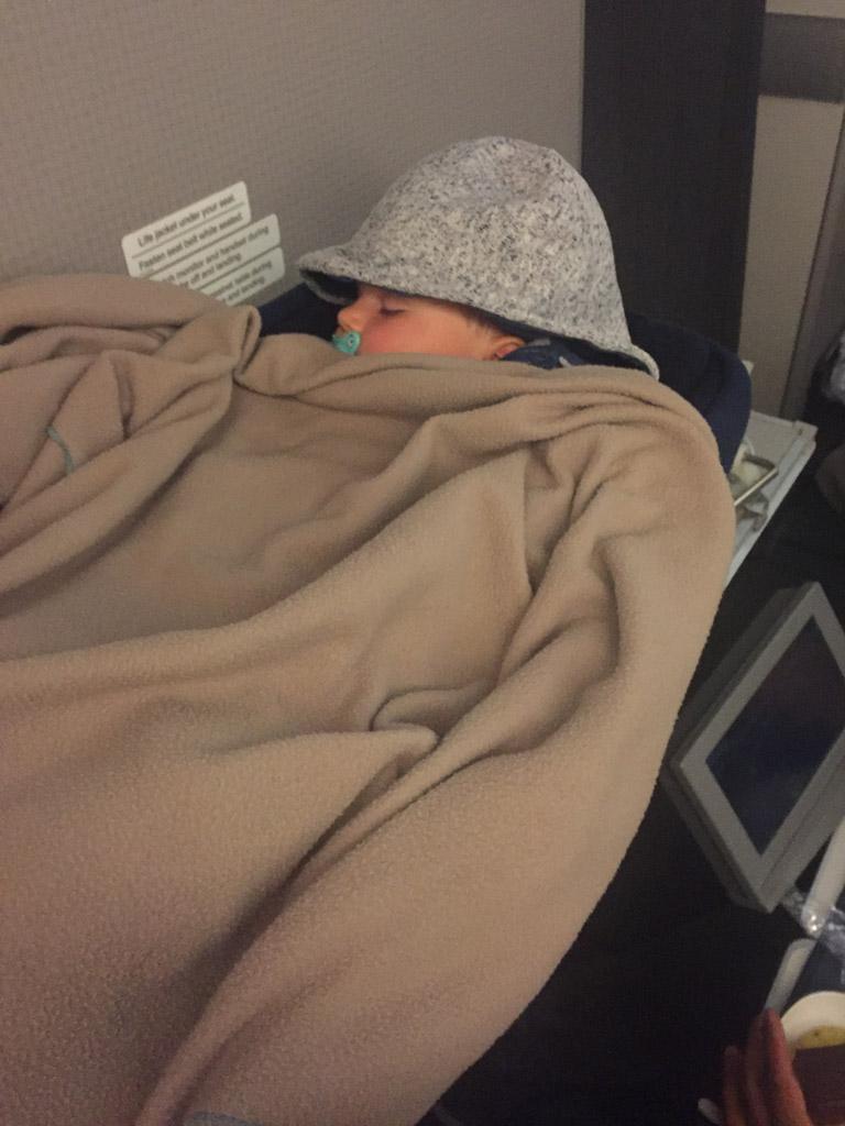 Op lange vluchten, buiten Europa, zijn er vaak speciale babybedjes beschikbaar.