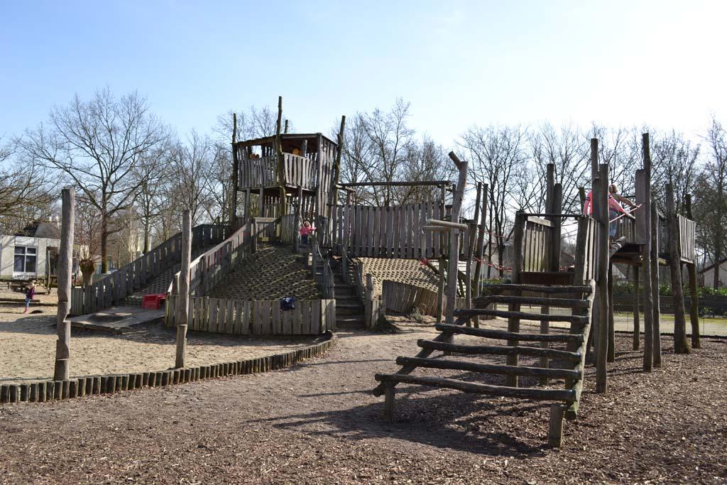 De speeltuin bij de kinderboerderij