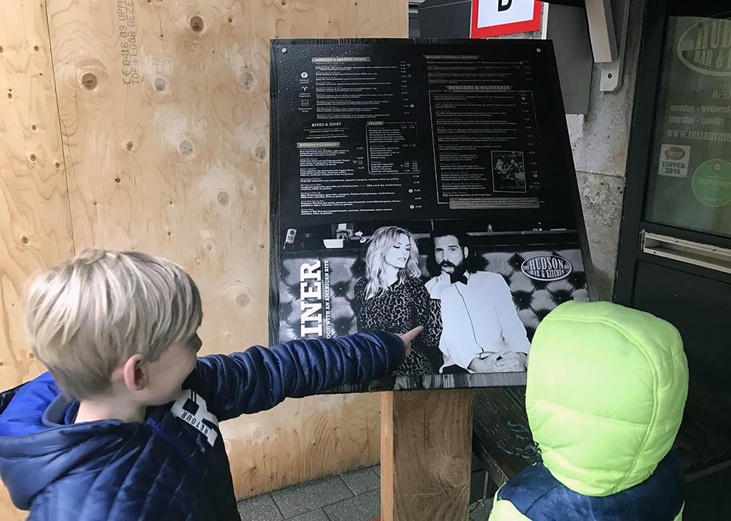 Buiten bekijken de jongens alvast de kaart voor een eerste indruk