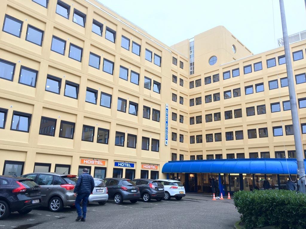 Entree van het hostel A&O Amsterdam Zuidoost. Er zijn voldoende parkeerplekken rond het hostel.