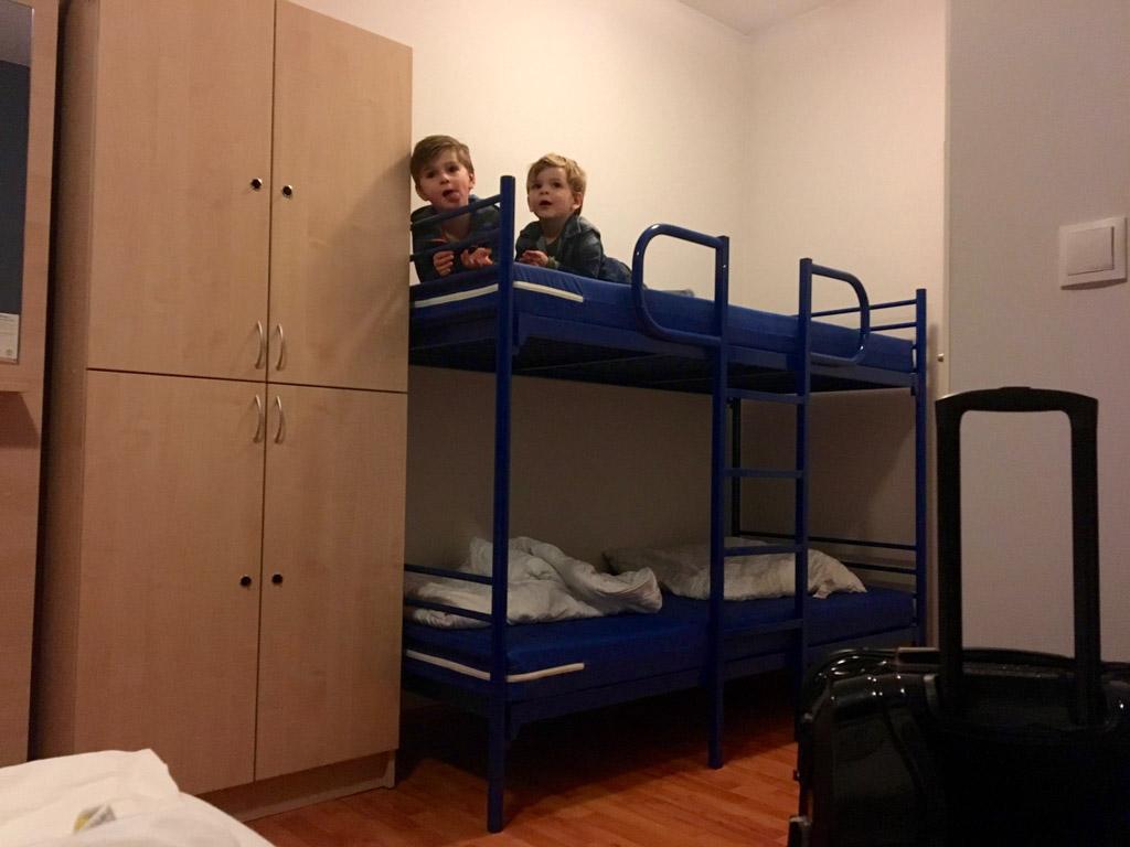 Stapelbedden doen het altijd goed bij kinderen. Wel zelf opmaken. Dat is het enige waar je aan merkt dat je in een hostel zit.