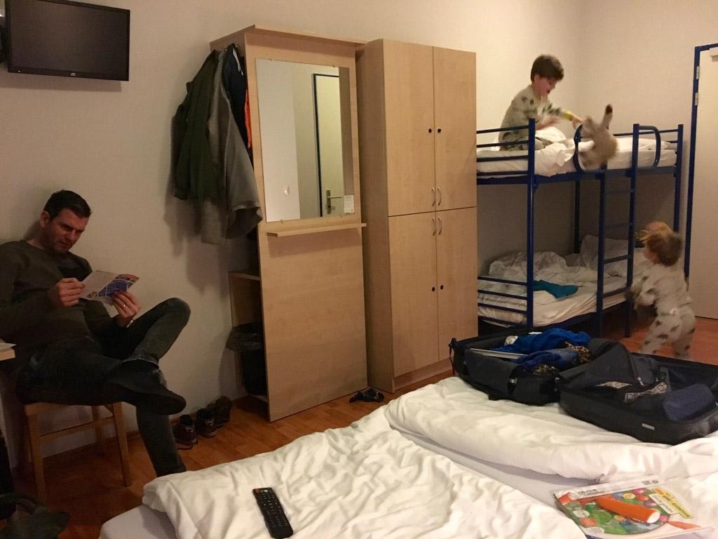 Nog even stoeien voor het slapen gaan. Stephan checkt de Wifi van A&O hostel Amsterdam Zuidoost. Die doet het erg goed.