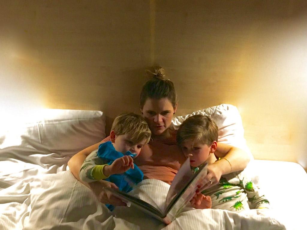 Nog een verhaaltje voor het slapengaan in het 'grote' bed.