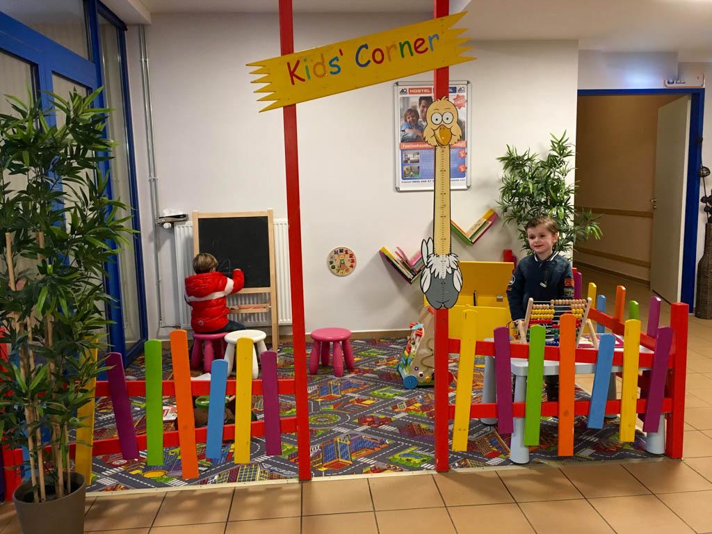In de kids corner van A&O hostel vermaken Jilles en Mats zich wel. Voor de wat oudere kinderen is er bijvoorbeeld een tafelvoetbalspel en heel goede Wifi.