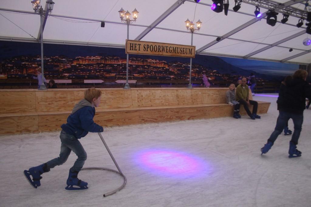 Een ijsbaan in de winter bij het spoorwegmuseum.