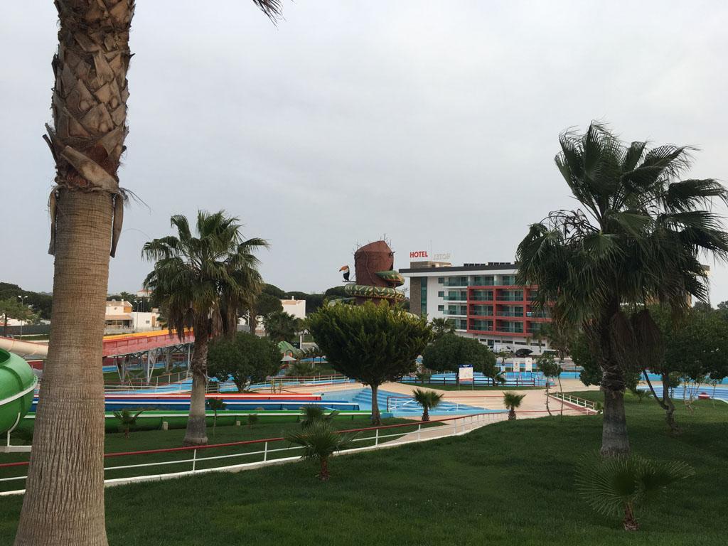 Je ziet het hotel liggen tussen de glijbanen door