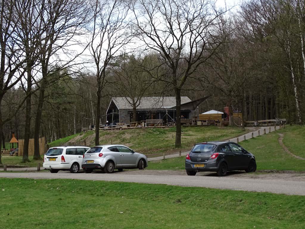 Op een heuvel ligt Buiten in de Kuil, parkeren kan praktisch voor de deur.
