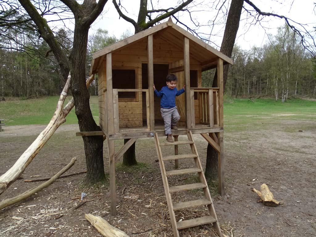 Het speelhuisje was 1 groot succes voor deze kleine, avontuurlijke peuter.
