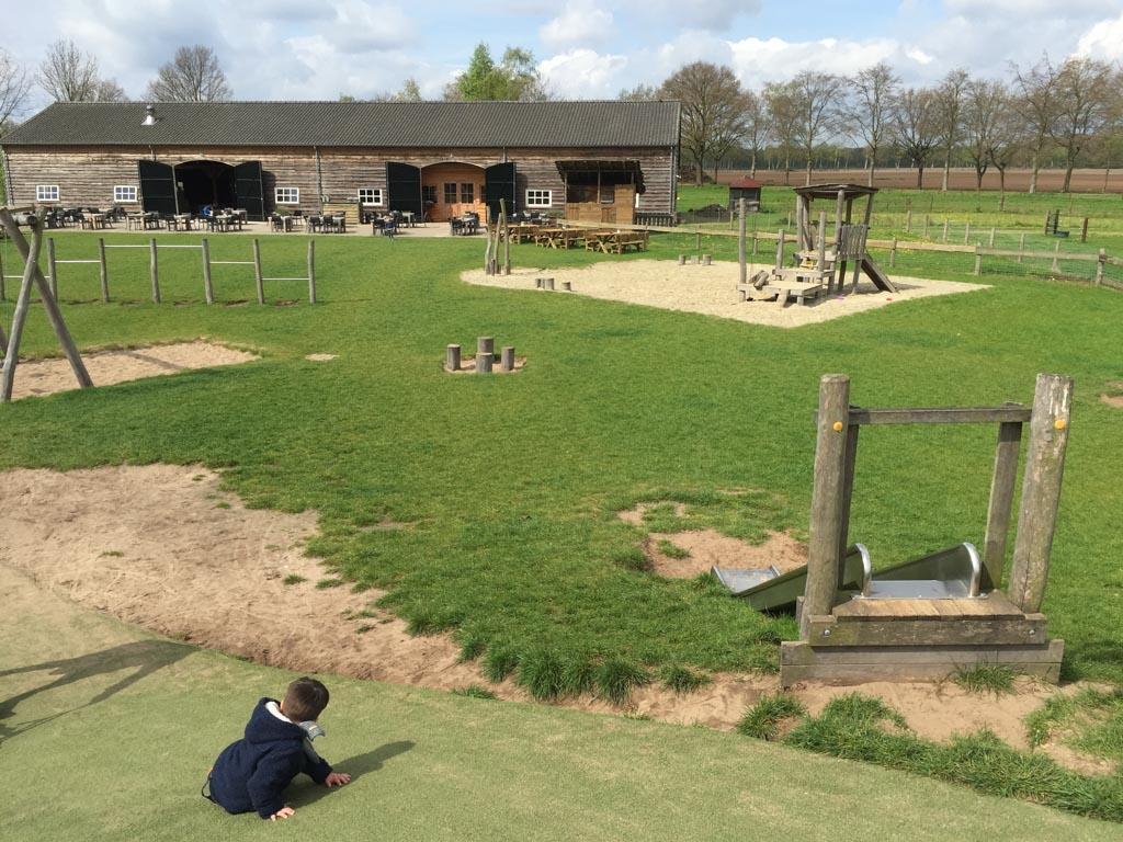 Vanuit de speeltuin zie je de binnenspeeltuin en restaurant van de Gerrithoeve liggen.