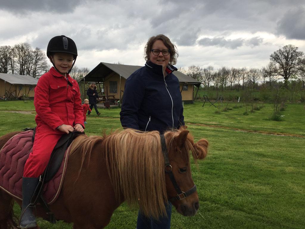 Camiel maakt een ritje op de pony.