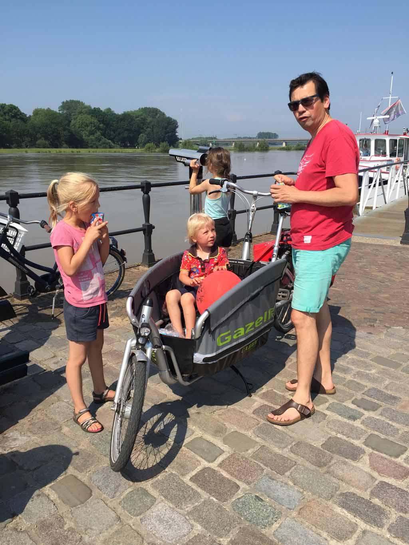 Onderweg even stoppen om wat te drinken zorgt ervoor dat kinderen het fietsen met knooppunten langer volhouden.