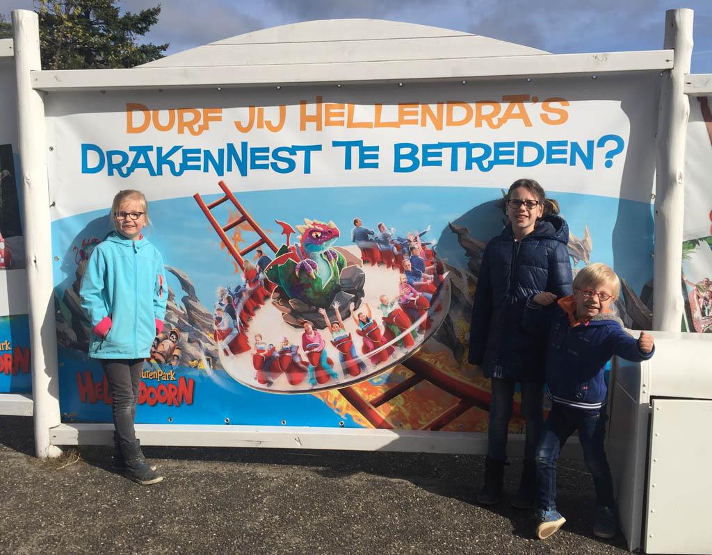 Bij de ingang zien we al een poster van Het Drakennest hangen, de kinderen hebben er zin in.