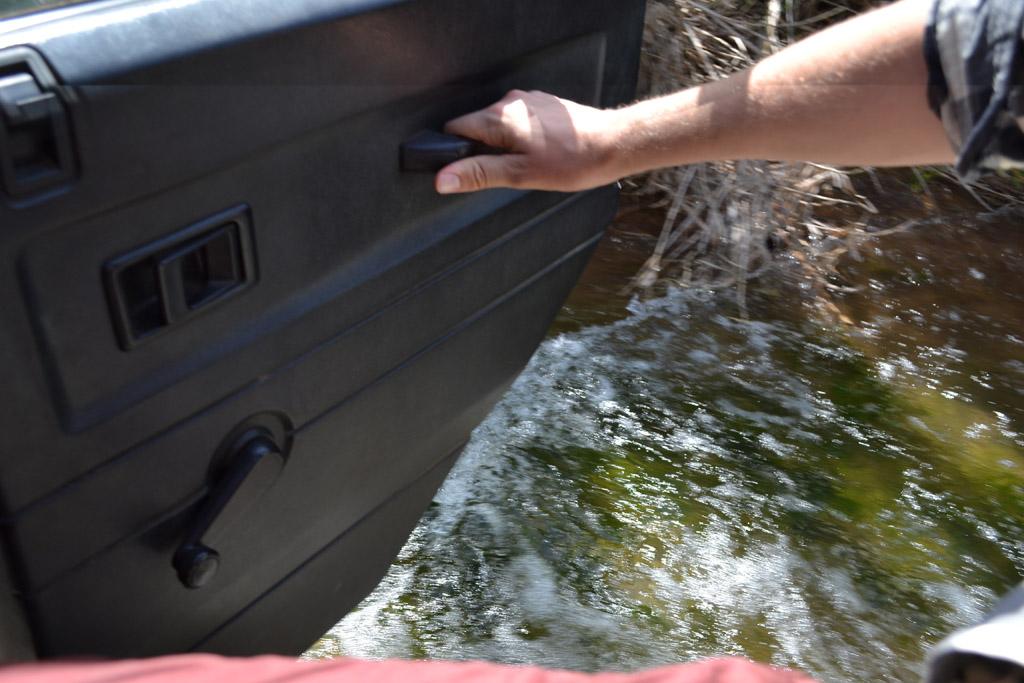 Het water loopt de jeep gelukkig niet in