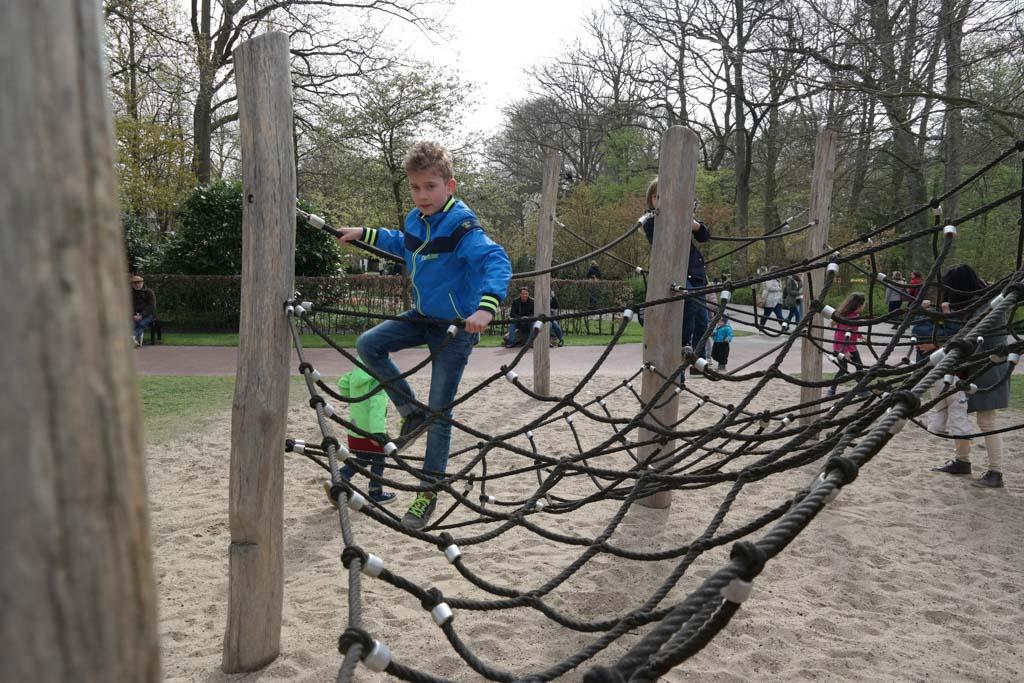 Het touwennet in de speeltuin.