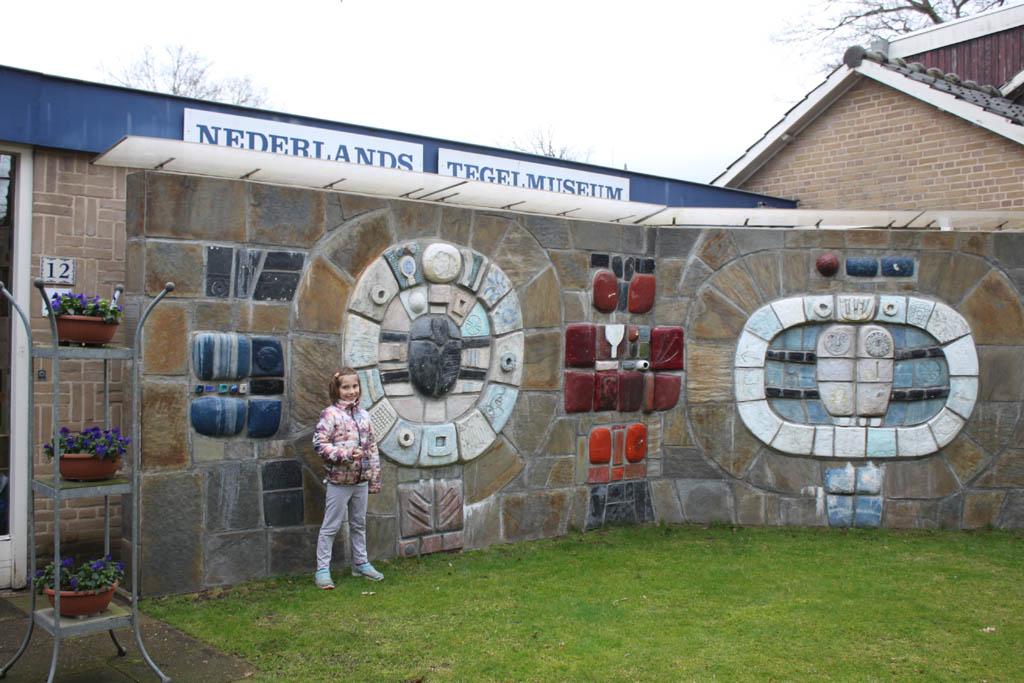 Ook bij de ingang van het museum zien we tegels.