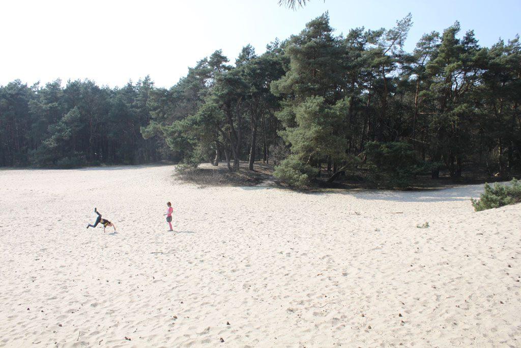 Spelen in de enorme zandbak.