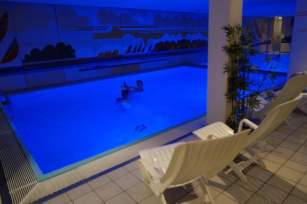 Geen zin om te zwemmen? Dan staan er ligstoelen aan het zwembad.