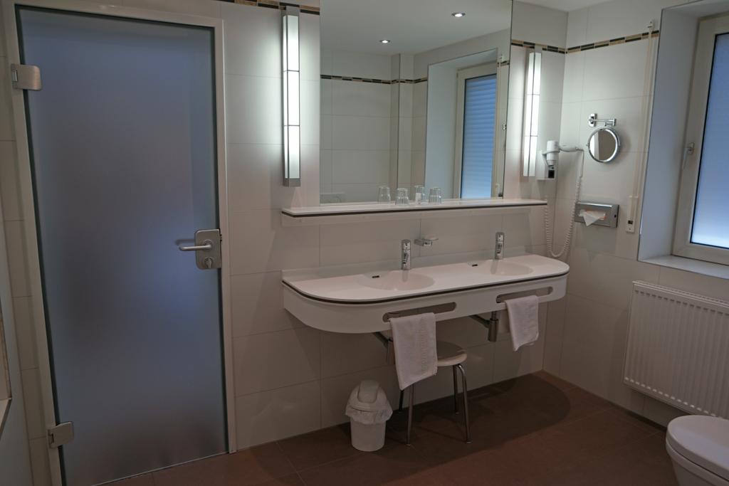 De badkamer met dubbele wastafel.