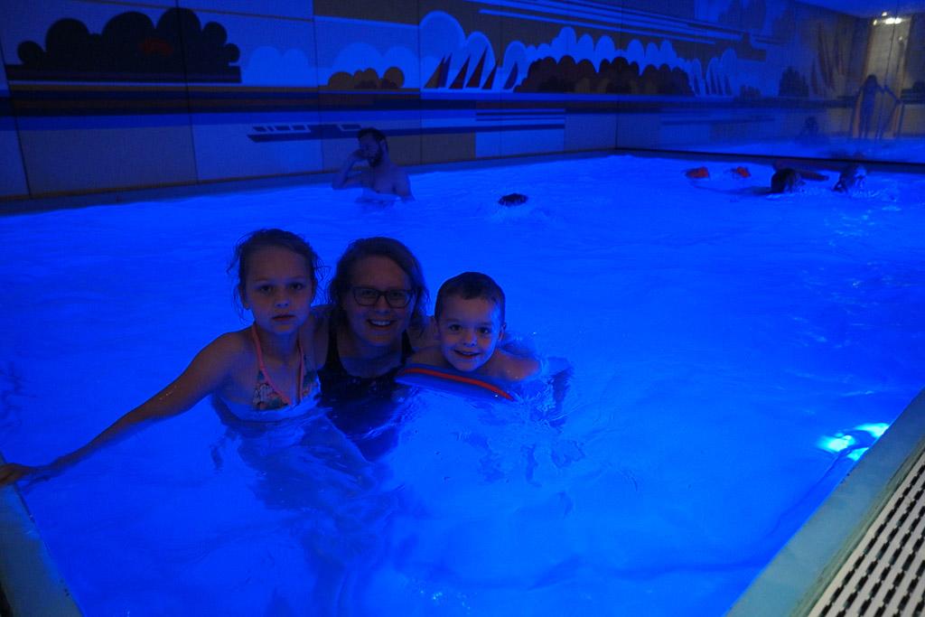 Relaxen in het zwembad met mama.