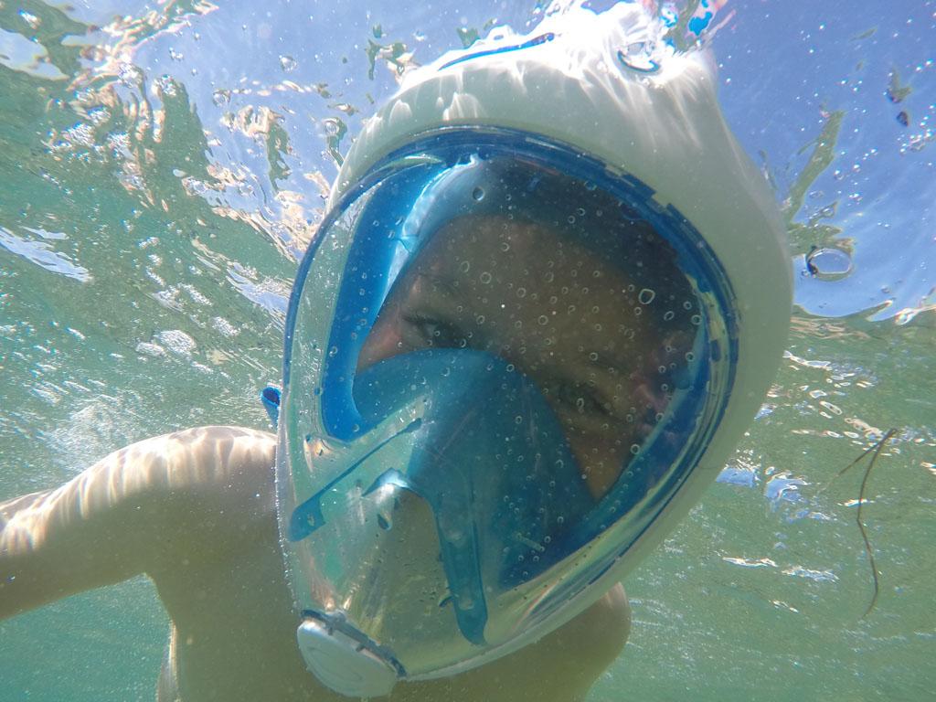 Het snorkelmasker bedekt het hele gezicht.