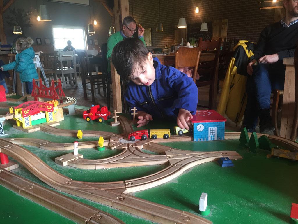 Binnen is een super leuke treinbaan om mee te spelen!