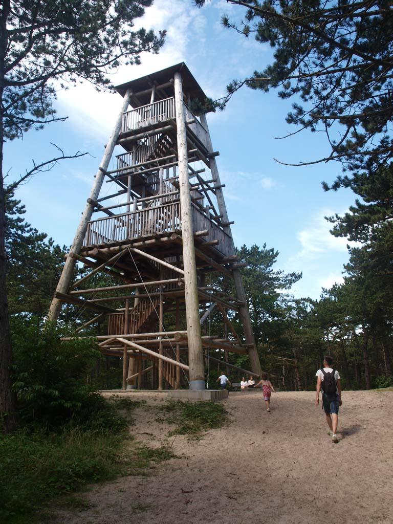 Opeens zien de we de uitkijktoren staan.