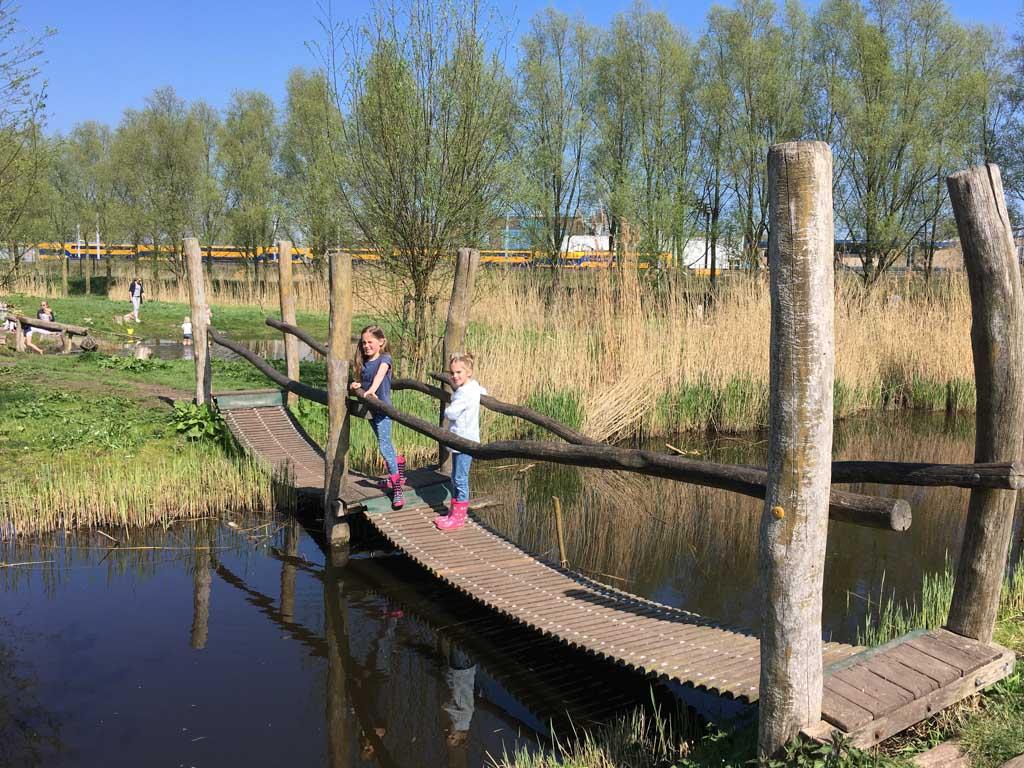 De eerste brug
