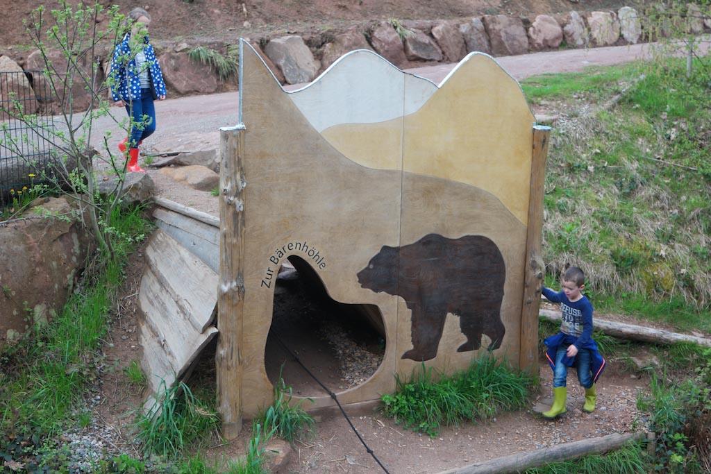 Ze ontdekken de speeltuin in het wolven- en berenpark.