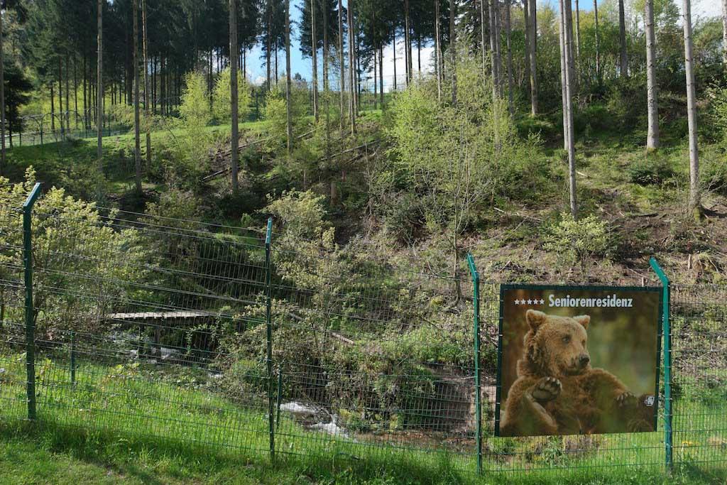 Het wolven- en berenpark ligt tegen een heuvel.