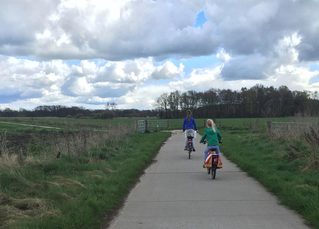 fietsen met knooppunten De meiden fietsen voorop en zijn op zoek naar het volgende bordje