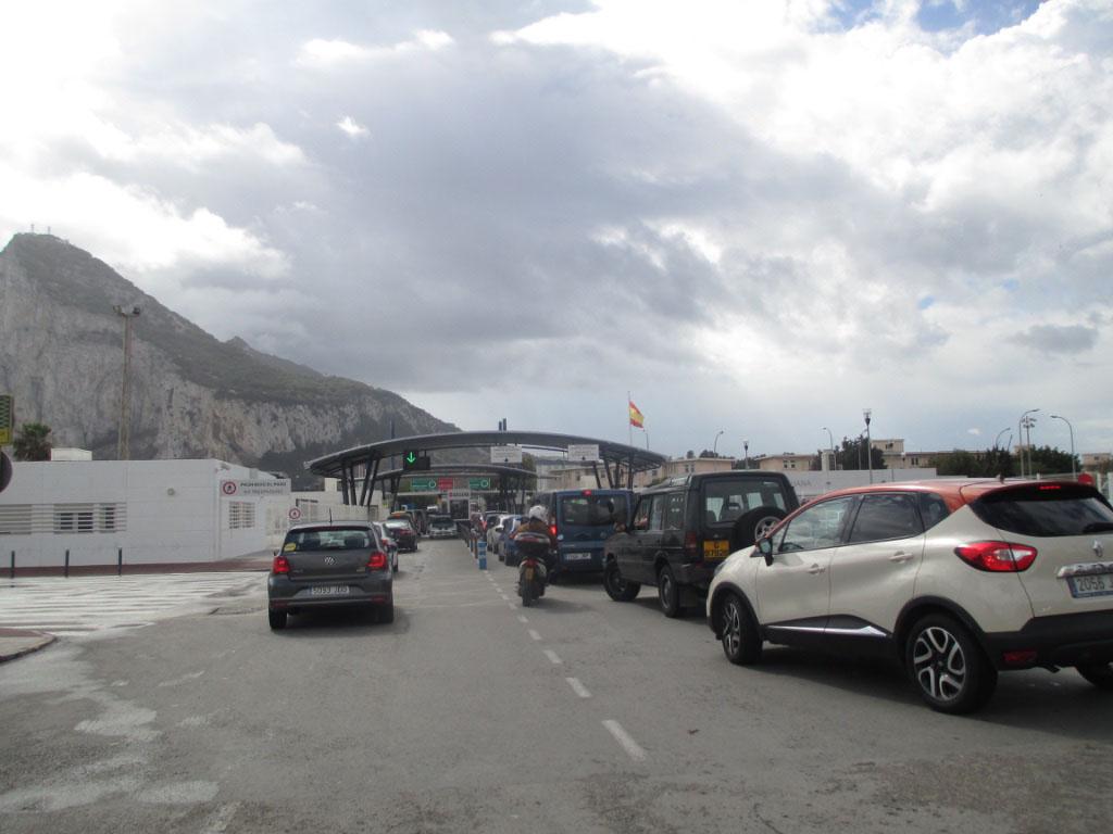 Wachten voor de grenscontrole naar Gibraltar.